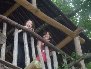 タイ人のゲストとツリーハウスを訪ねた神藤さん(左)
