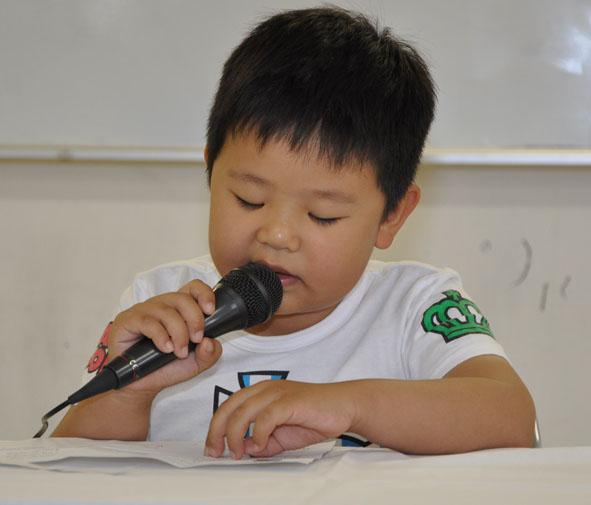 「…おの字がつくからおこりんぼ…」あいうえおの詩を元気に朗読した中国出身のL君、小学校1年生